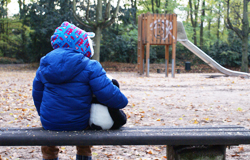 Kind auf einer Parkbank (Bildrechte: WDR/Sarah Dietsche)