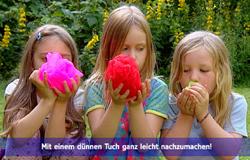 Drei Kinder halten eine Stoffblume in der Hand. (Bildrechte: WDR)