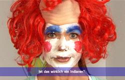 'Die Sendung mit dem Elefanten' mit Elternticker. Hier steht im Elternticker 'Ist das wirklich ein Indianer?' Auf dem Bild ist Anke Engelke aus Clown verkleidet. (Bildrechte: WDR)