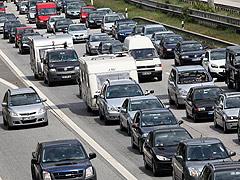 Fahrzeuge stauen sich auf einer Autobahn; Rechte: dpa