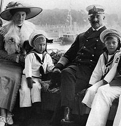 Wilhelm II. mit Kindern und Enkeln; Rechte: Interfoto